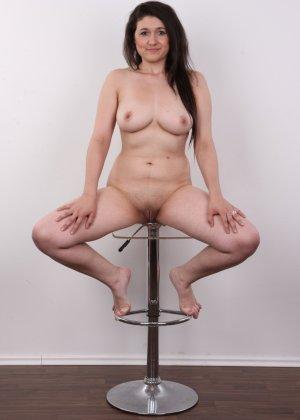 Телка пришла устраиваться на порно работку и сделала немножко фоток в голом виде - фото 14