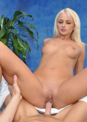 Блондинка принимает очередного клиента, он пришел за эротическим массажем, который телка делает бесподобно - фото 13