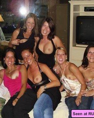 Готовые на все девки показывают свои пезды и огромные сиськи всем желающим - фото 1