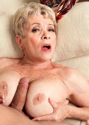 Зрелая проститутка вспоминает свою молодость и скачет на упругом члене брутального парня - фото 11