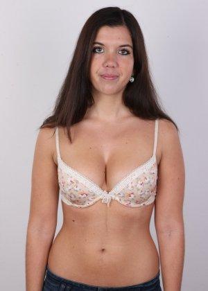 Длинноволосая брюнетка решила заработать денег эротической фото сессией - фото 5