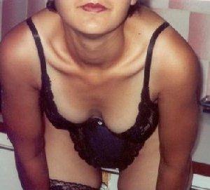Зрелая мадам в колготках позирует перед камерой на кухне - фото 30