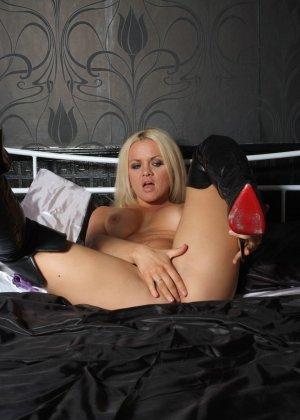 Эротичная блондинка показывает свое восхитительное тело - фото 12- фото 12- фото 12