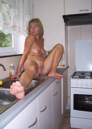 Голая дом работница показывает свое обнаженное тело - фото 23
