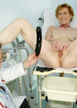 Зрелая Мила в очках расставляет ноги перед развратным доктором и разрешает ему рассмотреть себя всю - фото 13
