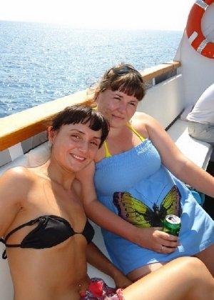 Фото красивых девушек которые отдыхают на море и наслаждаются диким кайфом - фото 15