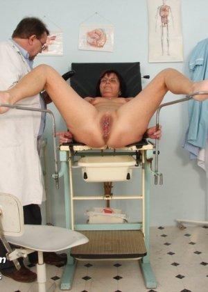Зрелая получает удовольствие от тщательного осмотра у врача, тем более, что он лапает ее пизду - фото 10