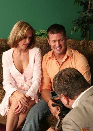 На осмотре нового семейного гнезда мужику предложили за бабки выебать жену - фото 16