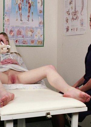 Юные лесбиянки с влажными щелками радуются сперме у них на лице - фото 2
