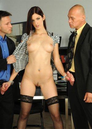 Секретаршу в черных чулках отымел босс в офисе с новым работником - фото 7