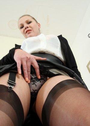 Блондинка с большими буферами раздевается прямо на столе и показывает себя - фото 14