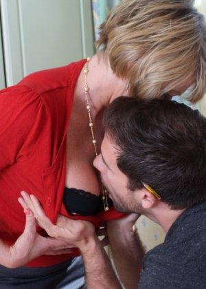 Молодой мужчина ощупывает зрелую даму везде, а что происходит между ними дальше – никто не увидит - фото 8