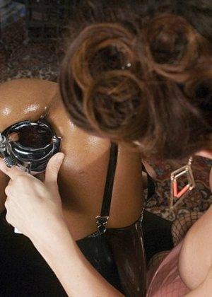 Анальный фистинг – развлечение не для каждой телки, но мулатка Карамель Старр с удовольствием трахается в жопу - фото 3