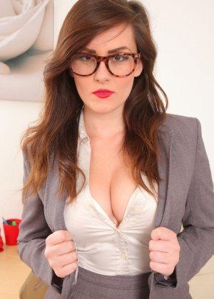 Шарлотта Роуз – шикарная секретарша, которая знает себе цену и показывает все самые лучшие части тела - фото 2