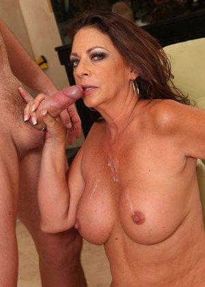 Зрелая брюнетка с большой грудью занимается сексом в любимых позах - фото 14