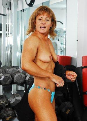 Тело этой женщины очень атлетично - она занимается бодибилдингом, но и про секс не забывает - фото 4