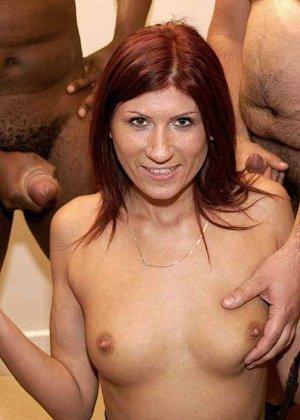 Зрелая рыжеволосая тетка обливает свое лицо большим количеством спермы - фото 6