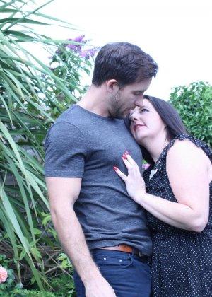 Пышная дамочка соблазняет симпатичного мужчину и с удовольствием отдается ему - фото 2