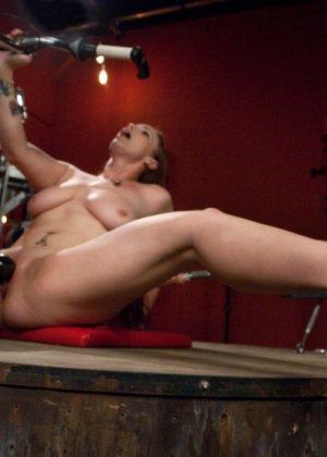 Сексуальная брюнетка с большими сиськами тащится от секс машины - фото 4