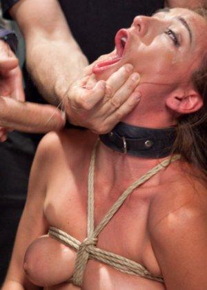 Мулатка обожает БДСМ, ее связывают и трахают разными вибраторами, мужик хочет, чтобы она описалась от удовольствия - фото 5