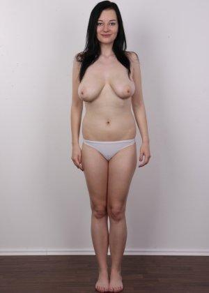 В чешском кастинге девушка решает показать всю себя без одежды и не стесняется камеры - фото 7
