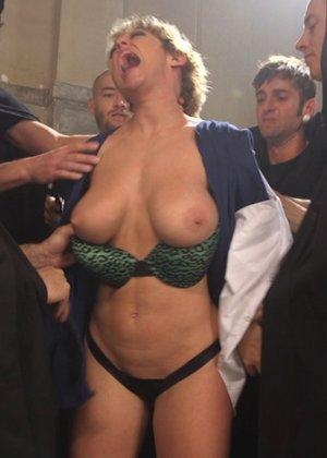 Развратная дамочка готова на многое ради получения удовольствия – даже принять несколько мужчин сразу - фото 2