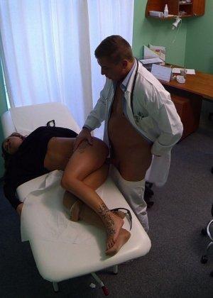 Озабоченный молодой доктор ебет своих пациенток не снимая с них трусиков - фото 2