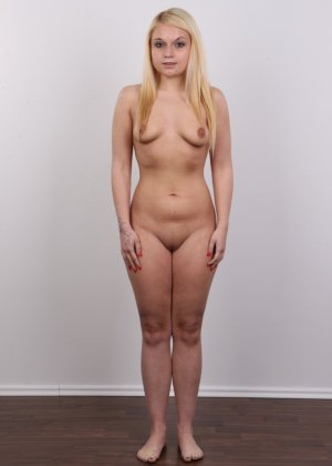Классная голая блондинка показывает бритую пизду на камеру - фото 11