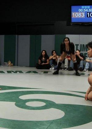 Девушки устраивают сексуальный поединок - они сражаются друг с другом в обнаженном виде - фото 17