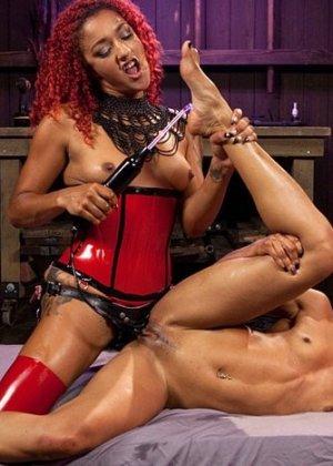 Никки с подругой обожают жестокое порево, лесбиянки практикуют БДСМ, привязывая друг друга и трахая вибраторами - фото 14