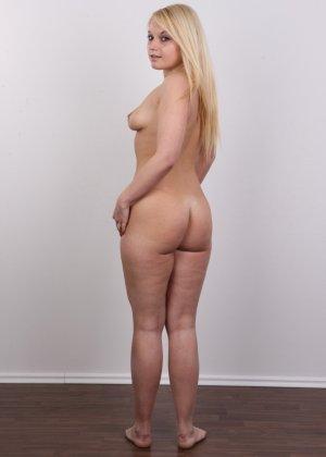 Классная голая блондинка показывает бритую пизду на камеру - фото 15