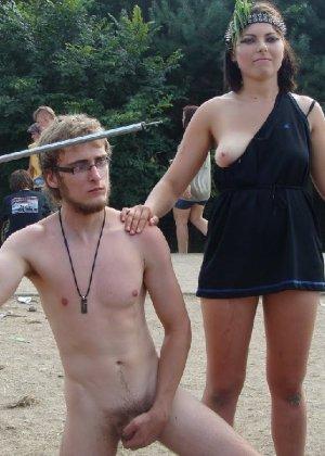 Подборка фото нудистов на пляже с голыми телами, попами и сиськами - фото 38