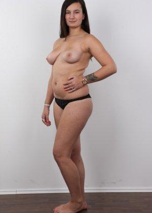 Длинноволосая брюнетка на пробах в секс индустрию показала сиськи - фото 9