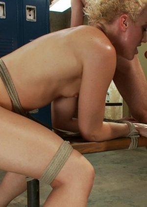Дайлан Райан оказывается между несколькими самцами – она готова трахаться во все щелки без разбора - фото 15