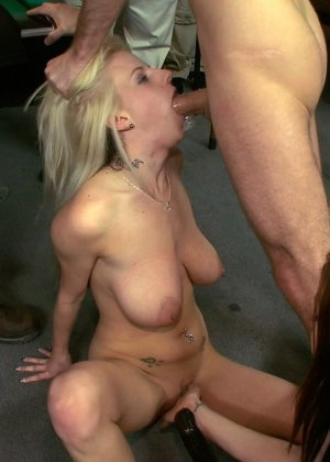 На бильярдном столе мужики причиняют боль привлекательной блондиночке - фото 21