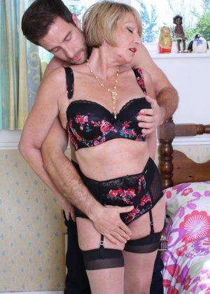 Молодой мужчина ощупывает зрелую даму везде, а что происходит между ними дальше – никто не увидит - фото 14