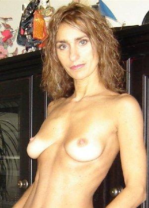 Зрелая девка показывает всем как выглядит её слегка старенькая грудь - фото 13