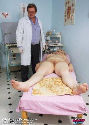 Пожилая женщина пришла проверить свой анус и пизду - фото 5