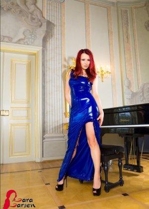 Лара Ларсен показывает себя, позируя в длинном синем платье и не снимает его, специально дразня - фото 11