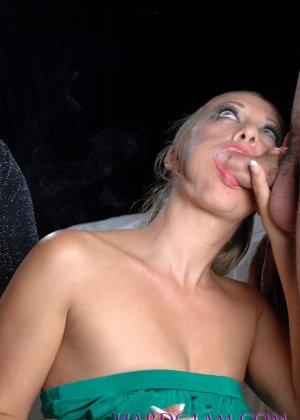 Лесбиянки с сигаретами в руках лижут лысый член паренька - фото 7