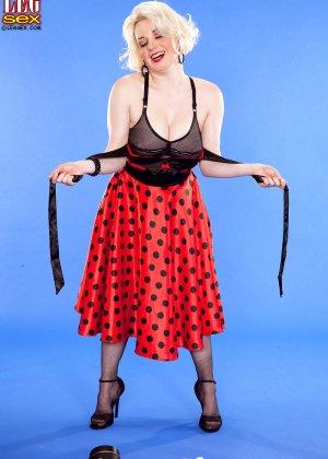 Голди Рэй показывает свою пышную фигуру фотографу, а затем подставляет свои дырочки для секса - фото 8