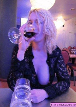 Когда девушки напиваются, то с удовольствием показывают свои бритые пезды абсолютно всем - фото 15