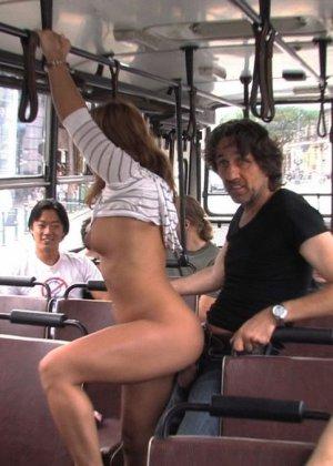 Паренек в автобусе разминает сиськи своей жене и дает другим - фото 10