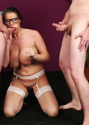 Брюнетка в очках облитая с ног до головы теплой белой спермой - фото 17