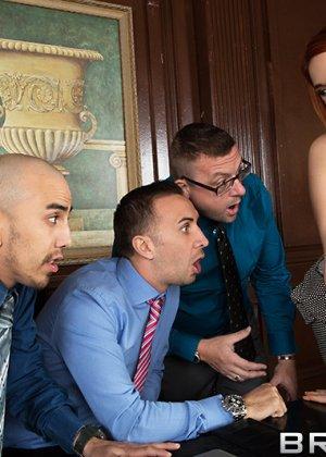 Рыжая Сири с большой грудью трахается с боссом на глазах у его партнеров по бизнесу и коллег - фото 5