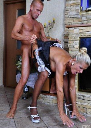 Зрелая блондинка целуется с симпатичным парнем, после чего садиться на его мощную кожаную биту - фото 9