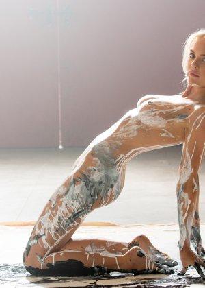 Рэйчел Харрис смотрится очень сексуально, когда ее тело оказывается полностью облитым краской - фото 9