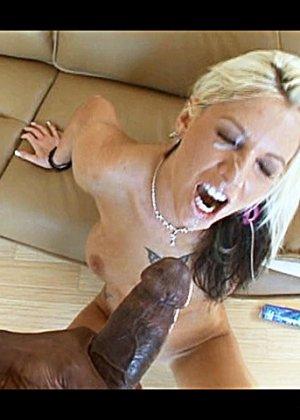 Горячая блондинка, с татуировкой на всю спину, ебется с озабоченным негром и принимает всю его сперму на лицо - фото 14