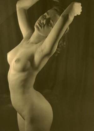 Очень старые фотографии показывают обнаженное тело женщины, которая не знала о существовании бритвы - фото 3