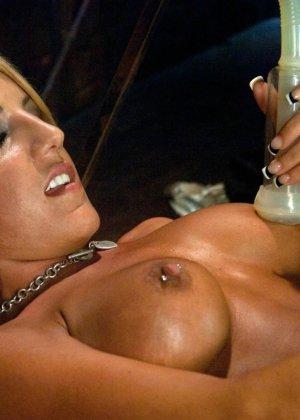 Холли Тэйлор – чувственная блондинка, которая испытывает на себе действие мощной секс-машины - фото 9